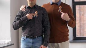 Männliche Paare mit Bewusstseinsbändern des homosexuellen Stolzes stock footage