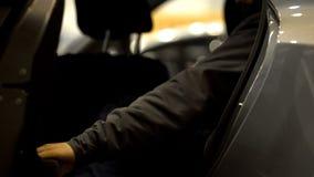 Männliche Passagieröffnungstür und Verlassen ein Auto, Ortsverkehr des Taxiservices lizenzfreies stockfoto