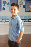 Männliche Primärschule-Pupille, die im Klassenzimmer steht stockfotos