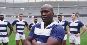 Männliche Rugbyspielerstellung mit den Armen gekreuzt im Stadion 4k stock footage