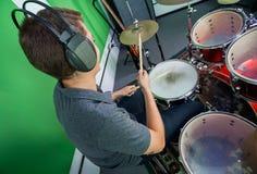 Männliche Schlagzeuger-Wearing Headphones While-Ausführung lizenzfreie stockfotos