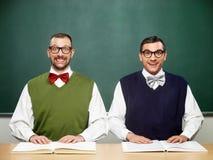 Männliche Sonderlinge mit Büchern Lizenzfreie Stockfotos