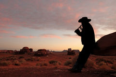 Männliche spielende Flöte in der Wüste Stockfoto