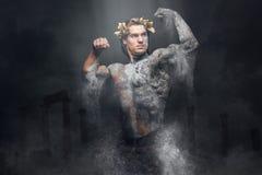 Männliche Statue des alten Steinathleten über alten Rom-Spalten Lizenzfreie Stockbilder