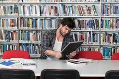 Männliche Student-Stressed About His-Hausarbeit lizenzfreie stockfotos