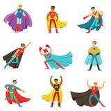 Männliche Superhelden in den klassischen Comics-Kostümen mit den Kapen eingestellt von lächelnden flachen Zeichentrickfilm-Figure lizenzfreie abbildung