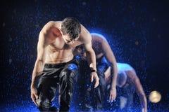 Männliche Tänzer im Regen Stockbilder