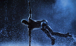 Männliche Tänzer im Regen Stockfotos