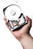 Männliche Technikerhand, die Festplattenlaufwerk des Computers über Weißrückseite hält Stockfotos
