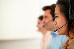 Männliche und weibliche Betreiber, die Service geben Stockfoto