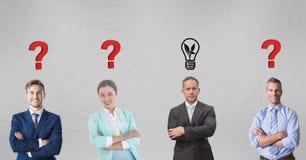 Männliche und weibliche Geschäftsleute mit den Grafiken obenliegend Lizenzfreies Stockfoto