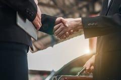 Männliche und weibliche Geschäftsmänner, die Hände rütteln stockbilder