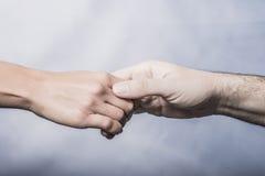 Männliche und weibliche Hände Lizenzfreie Stockfotos