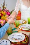 Männliche und weibliche Hände, die mit Liebe streicheln Lizenzfreie Stockbilder