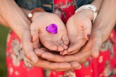 Männliche und weibliche Hände mit Herzen stockbilder