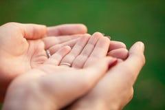 Männliche und weibliche Hände zusammen lizenzfreies stockbild