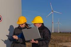 Männliche und weibliche Ingenieure Lizenzfreies Stockfoto