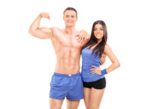 Männliche und weibliche umarmende und aufwerfende Athleten Stockfotos