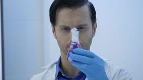 Männliche Wissenschaftler der medizinischen Forschung setzten Trockeneis in einen Glasbecher stock video footage