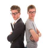 Männliche Zwillinge in der Abendgarderobe und im zufälligen Anzug Stockfotos