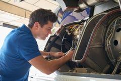 Männlicher Aero Ingenieur Working On Helicopter im Hangar Lizenzfreies Stockbild