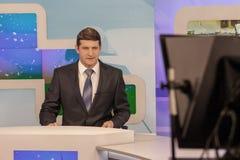Männlicher Ankermann in Fernsehstudio Livesendung lizenzfreie stockfotografie