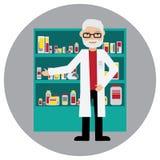 Männlicher Apotheker in einer Apotheke gegenüber von den Regalen mit Medizin Stockfoto