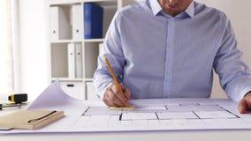 Männlicher Architekt mit dem Plan, der Kenntnisse nimmt stock video
