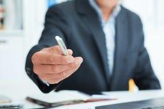 Männlicher Arm im Klagenangebot-Silberstift, zum der Vertragsnahaufnahme zu unterzeichnen Schlagen Sie einen Handel für Gewinn, B lizenzfreie stockfotos