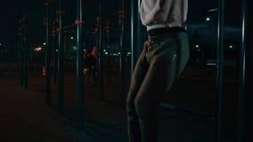 Männlicher Athlet arbeitet im Hafenboden nachts, Nahaufnahme von steigenden Beinen aus