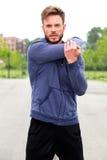 Männlicher Athlet, der draußen Ausdehnung tut lizenzfreie stockfotos
