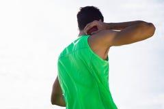 Männlicher Athlet, der sich vorbereitet, Kugelstoßenball zu werfen Stockbild