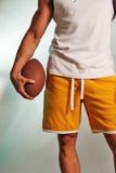 Männlicher Athlet mit Fußball Stockfoto