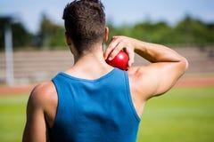 Männlicher Athlet ungefähr, zum des Kugelstoßenballs zu werfen Lizenzfreie Stockbilder