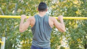 Männlicher Athlet ziehen Krafttraining-Übung hoch stock footage