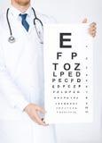 Männlicher Augenarzt mit Sehtafel Stockfotografie