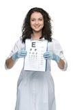 Männlicher Augenarzt mit Sehtafel Stockfoto
