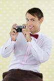 Männlicher Aussenseiter, der Retro- Kamera hält Lizenzfreie Stockbilder