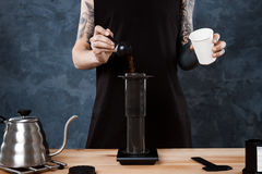 Männlicher barista Brauenkaffee Alternative Methode aeropress Lizenzfreies Stockbild