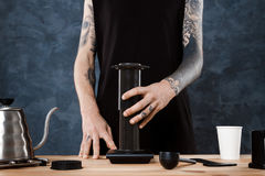 Männlicher barista Brauenkaffee Alternative Methode aeropress Stockbilder