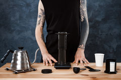 Männlicher barista Brauenkaffee Alternative Methode aeropress Lizenzfreie Stockfotos