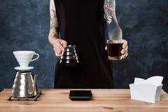 Männlicher barista Brauenkaffee Alternative Methode gießen vorbei lizenzfreie stockfotos