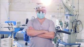 Männlicher Berufschirurg ist, stoppend gehend und vor einer Kamera beim Untersuchung direkt sie stock video