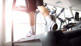 Männlicher Betrieb auf Tretmühle, Herz Übung, wärmend vor Muskeltraining auf stockfotos