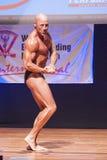 Männlicher Bodybuilder biegt seine Muskeln und zeigt seine beste Konstitution Lizenzfreie Stockfotos