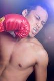 Männlicher Boxer, der geschlagen erhält lizenzfreie stockbilder