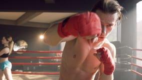 Männlicher Boxer, der in der Luft auf der Kamera in der Turnhalle schlägt stock video