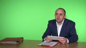 Männlicher Chef, der mit unterstellter Arbeitskraft in seinem Büro spricht Grüner Hintergrund stock video