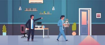 Männlicher Chef weist das Zeigen des Fingers auf Tür gefeuerten Mannangestellten mit der arbeitslosen Papierdokumenten-Kastenentl lizenzfreie abbildung