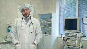 Männlicher Chirurg, der mit Kamera nach Chirurgie spricht Stockfotos